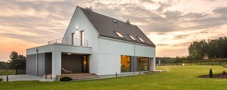 Modernes Haus im Grünen im Sonnenuntergang