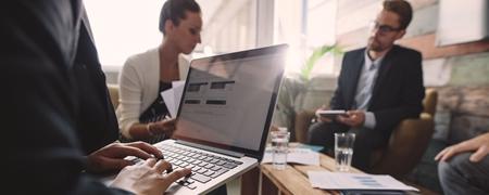 Business-Meeting mit Laptop und Tablet
