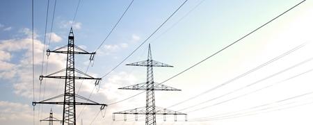 Strommasten vor blauem Himmel