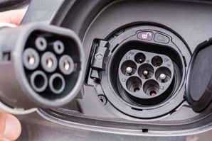 AdobeStock_240905339_Steckertypen-Elektrofahrzeuge