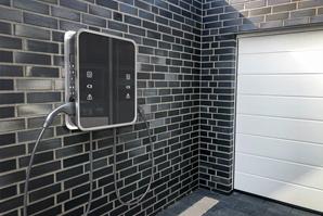 AdobeStock_380310690_Wallbox-Garage