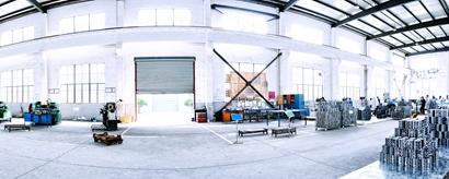 Industriehalle mit Geräten und Personen