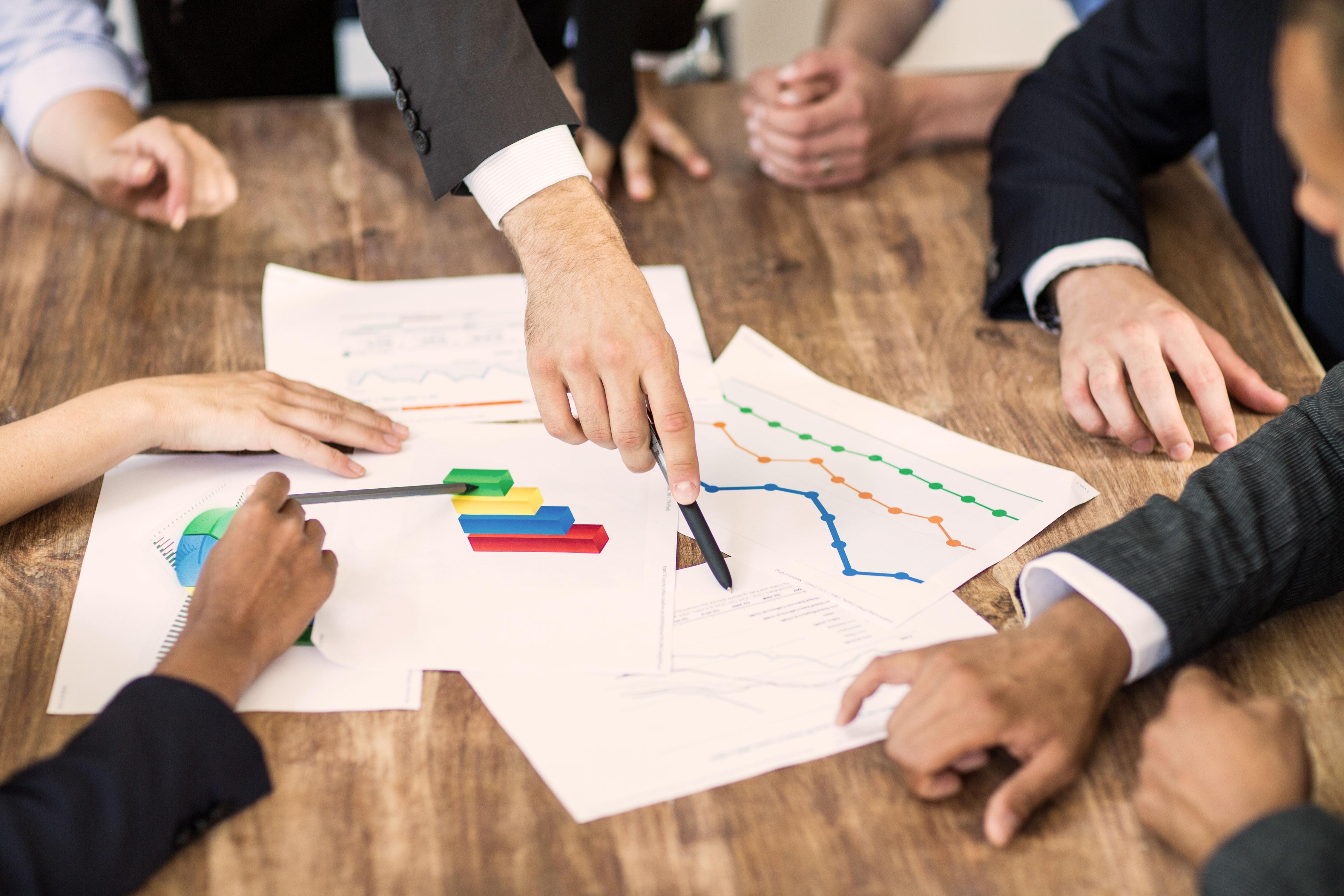 Businessmeeting an Schreibtisch vor Dokumenten