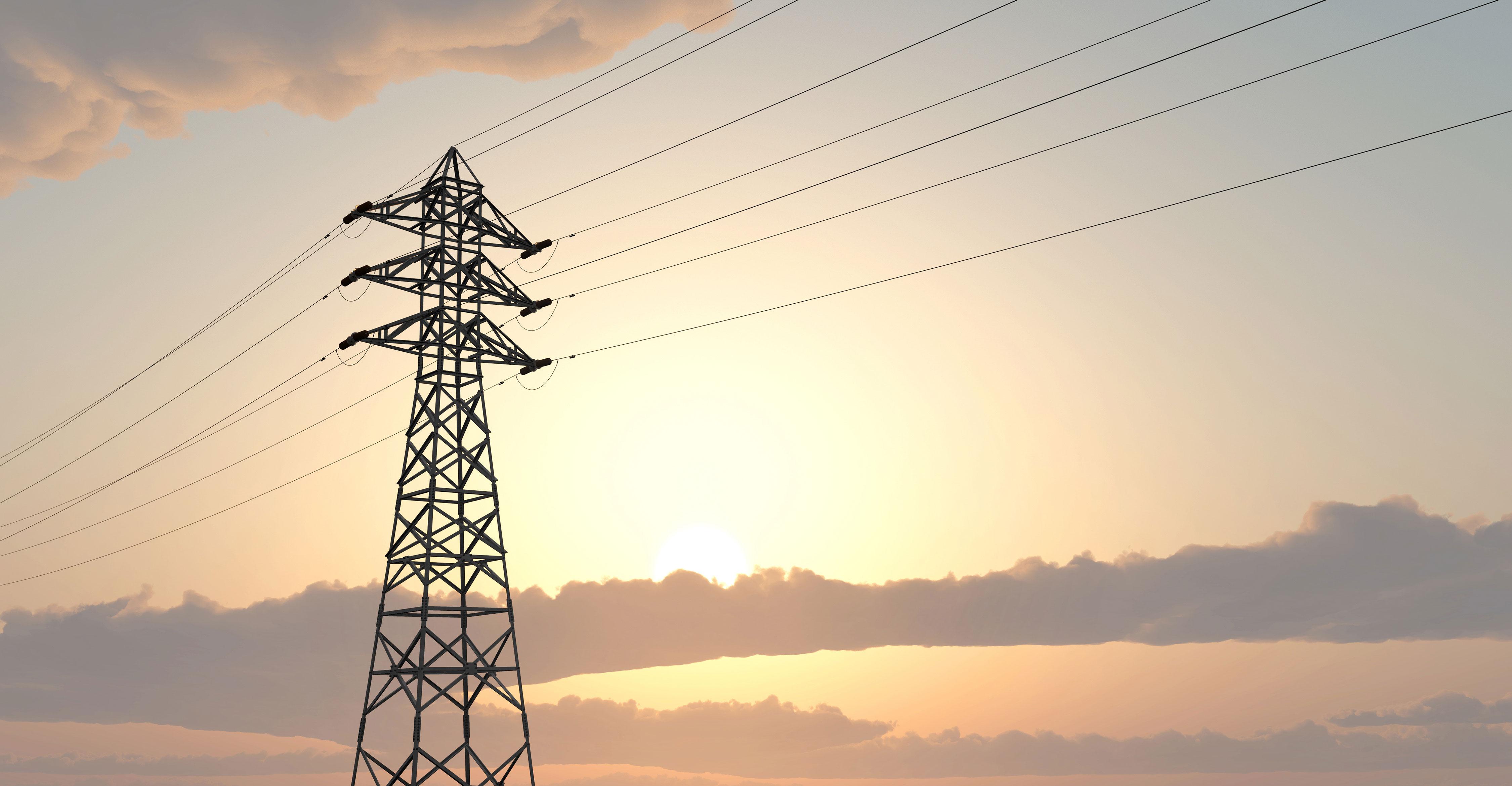 Einzelner Strommast in der Abendsonne