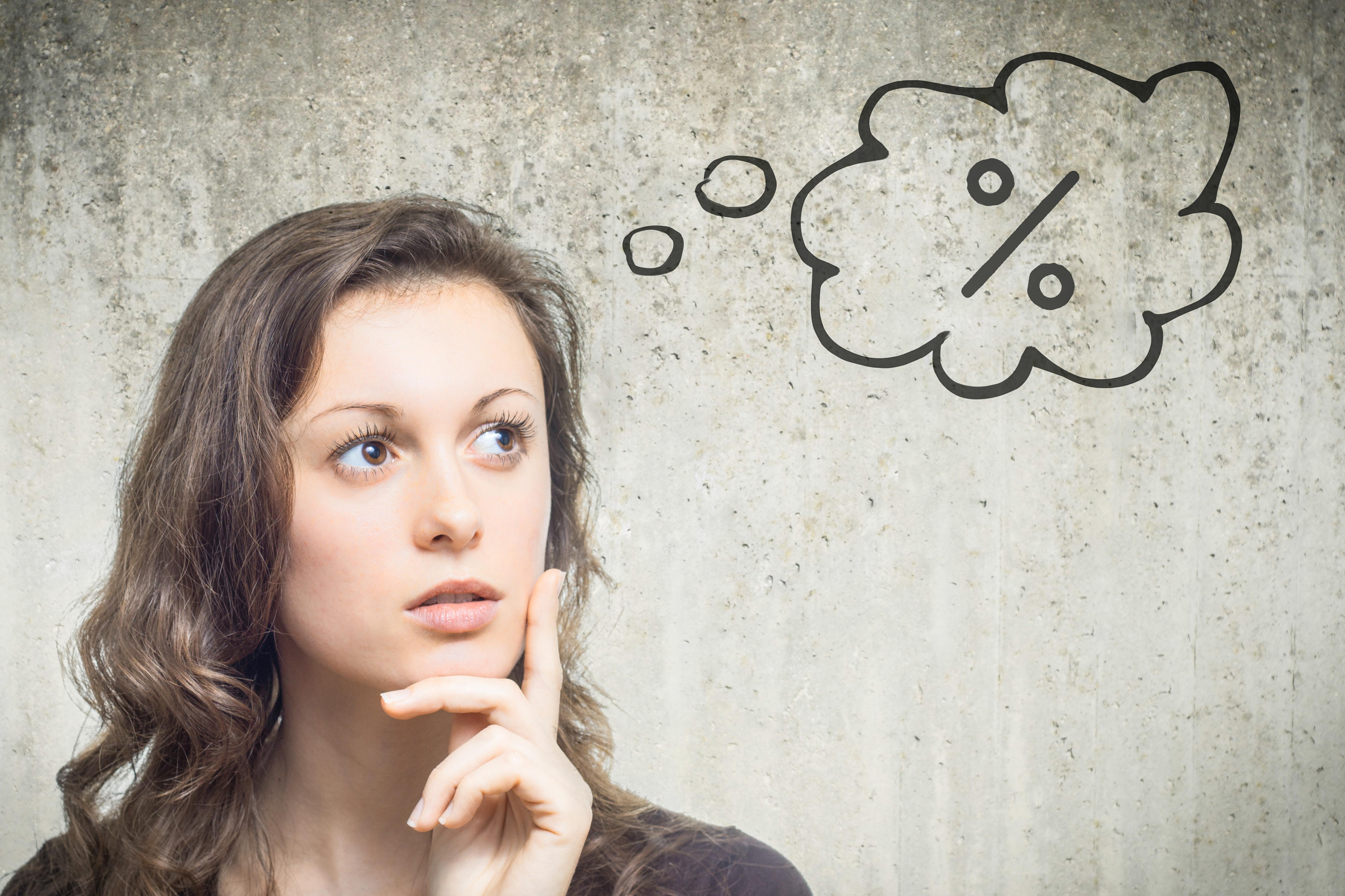 Frau mit Prozent-Denkblase