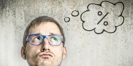 Mann mit Prozent-Denkblase