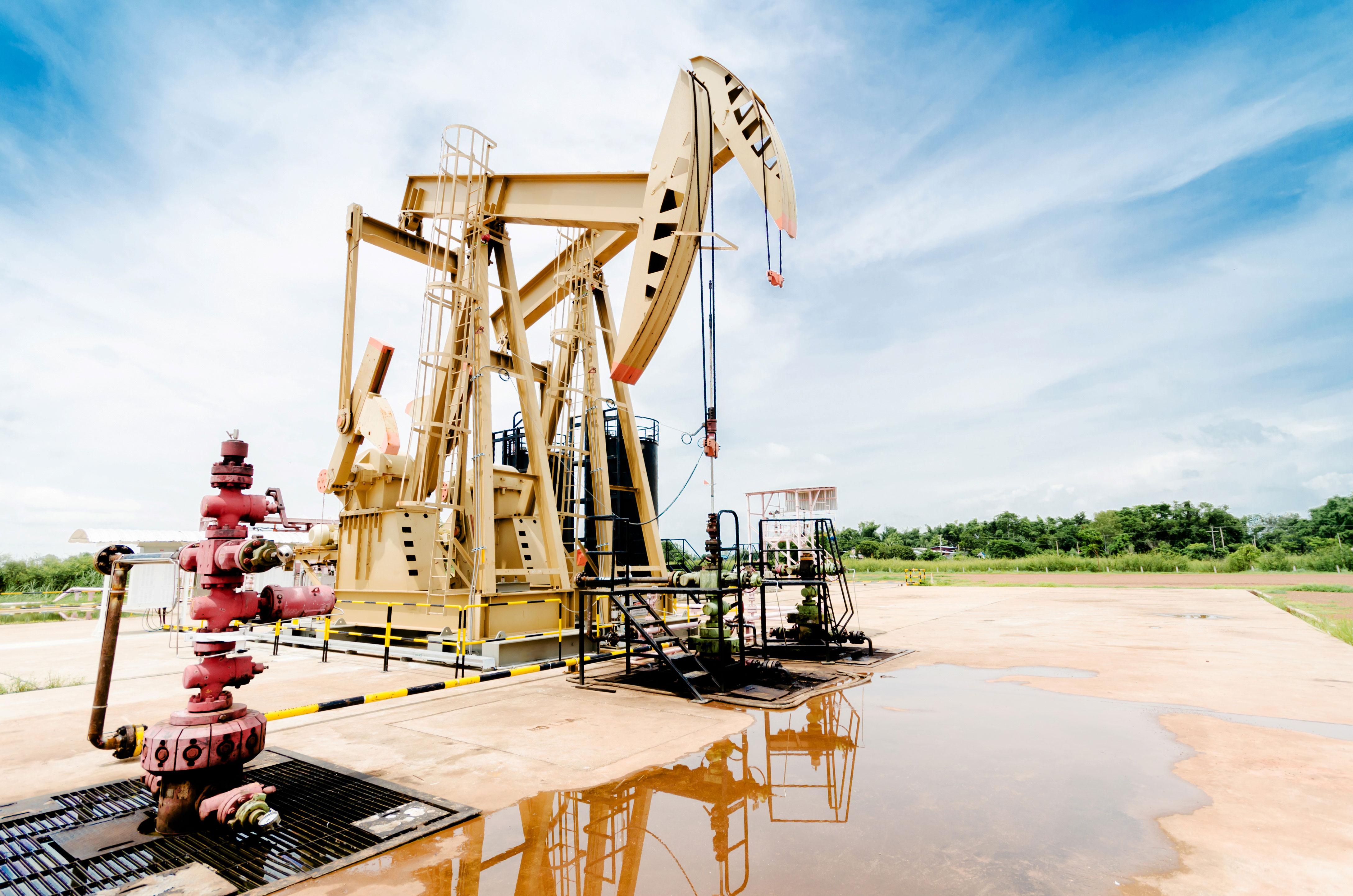 Ölborung an Land vor blauem Himmel