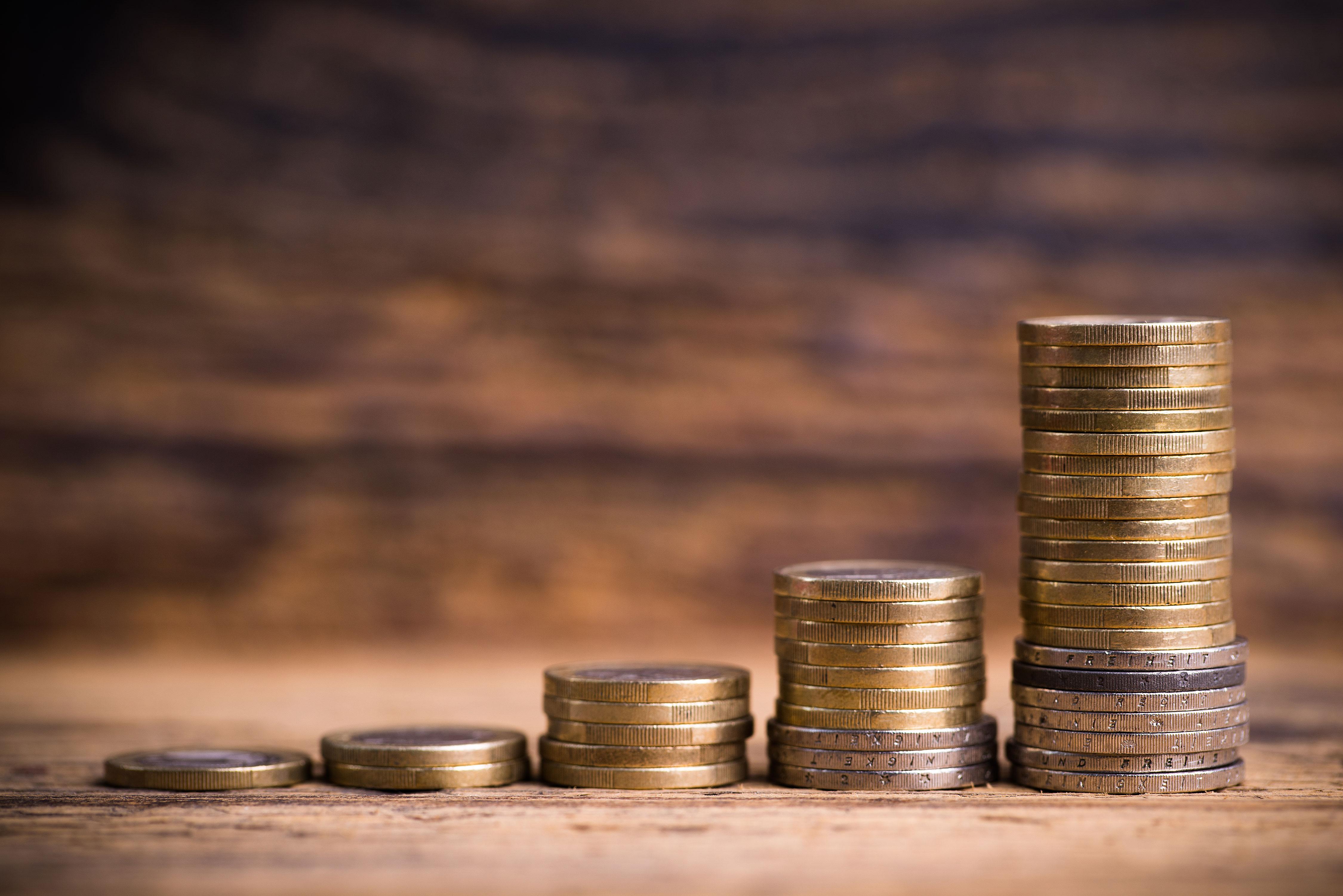 Stapel von Geldmünzen in wachsender Reihenfolge