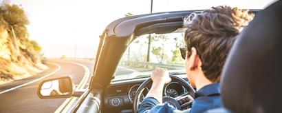 Mann in Cabrio auf Landstraße im Close-up von hinten