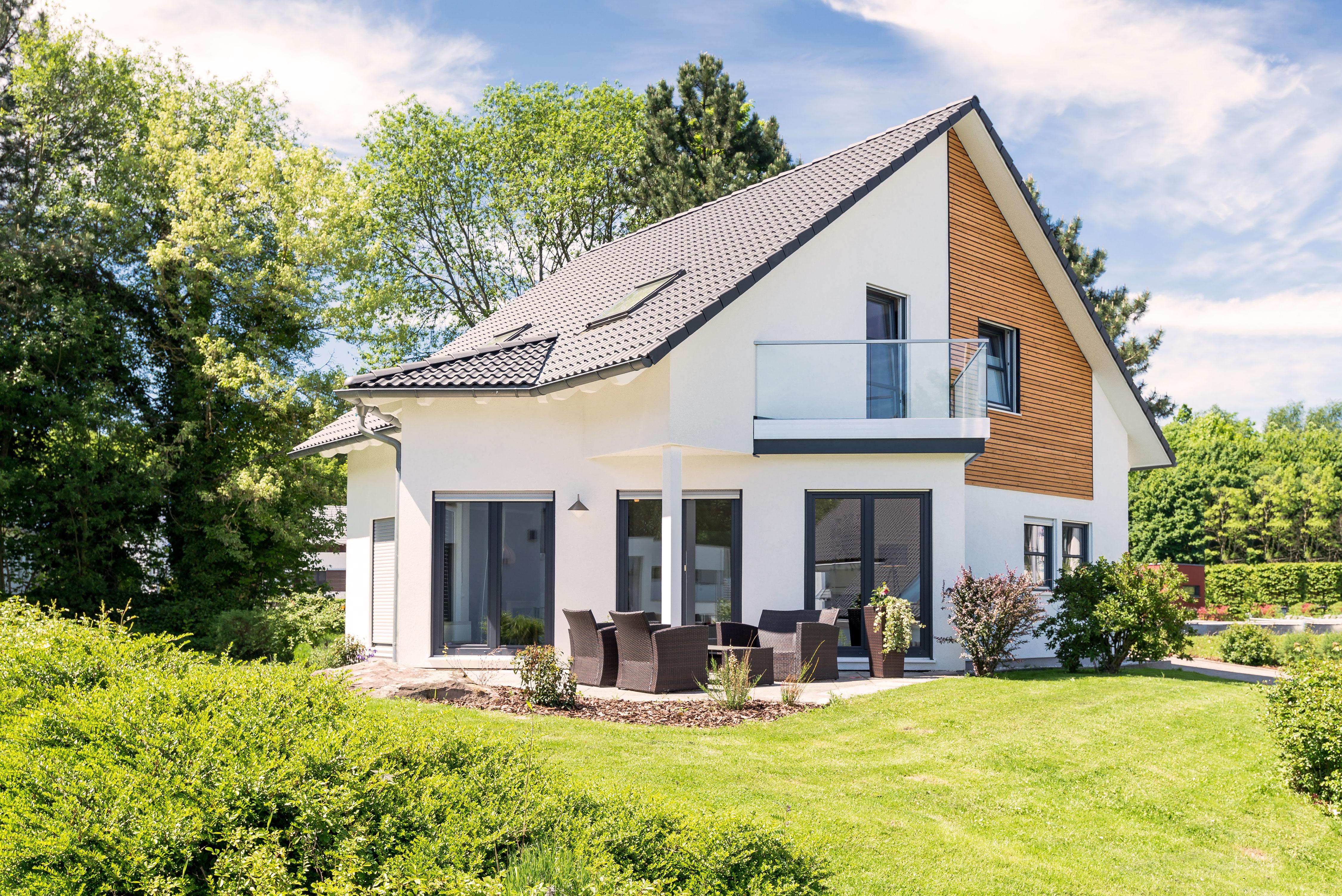 Einfamilienhaus, Wohnhaus mit Garten im Sonnenschein