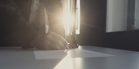 Geschäftsmann unterzeichnet Dokument