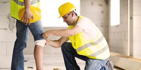 Bauarbeiter kümmert sich um Verletzung
