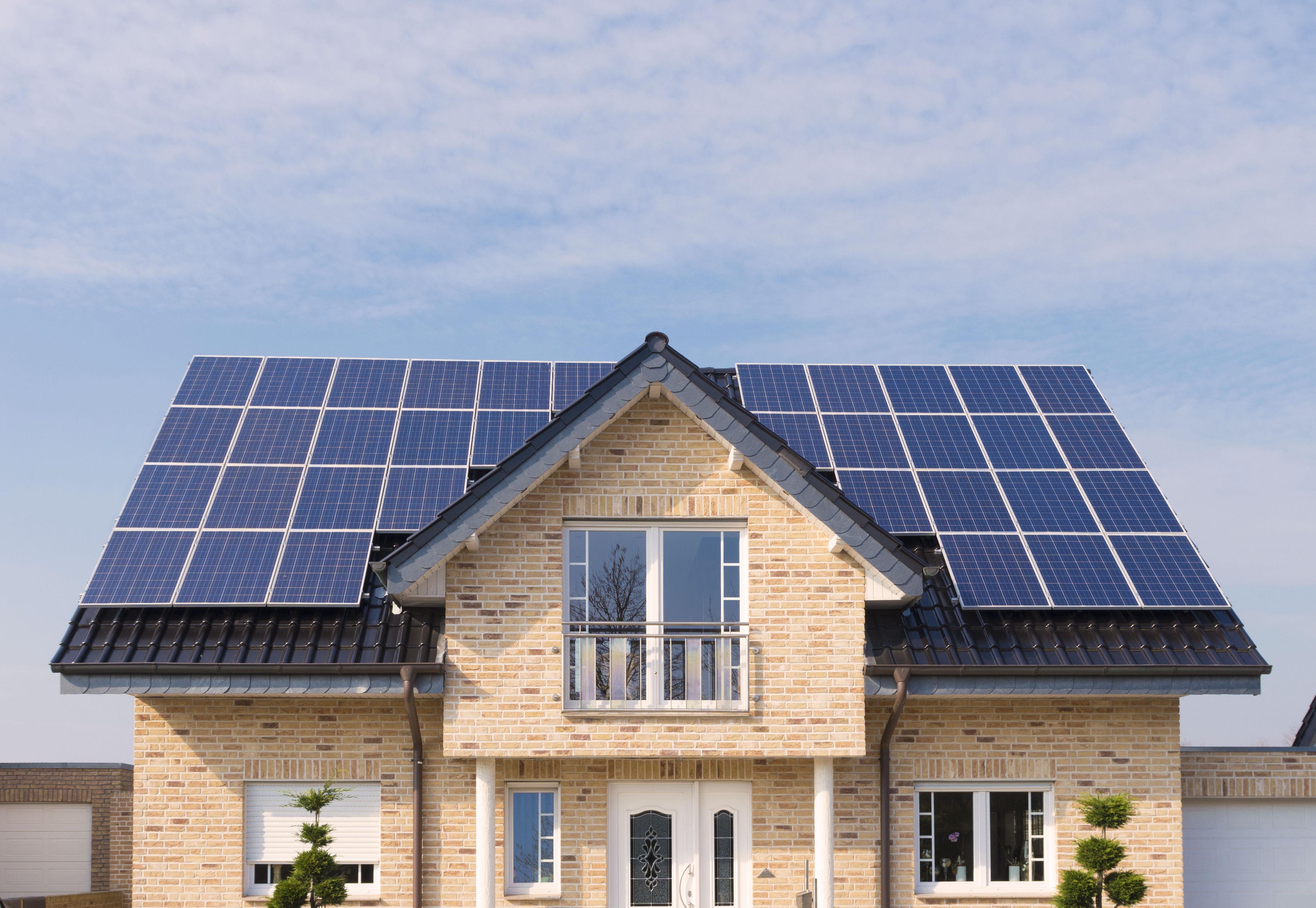 Modernes Haus mit Solarmodulen auf dem Dach