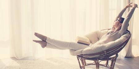 Frau relaxed im bequemen Sessel