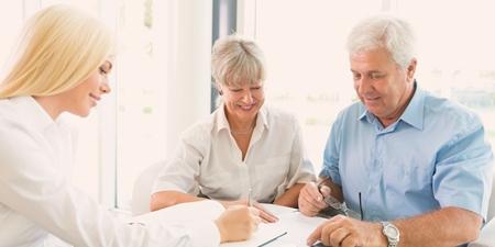 Älteres Paar bei der Beratung zur Lebensversicherung