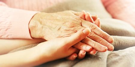 Hände halten Pflegezeit