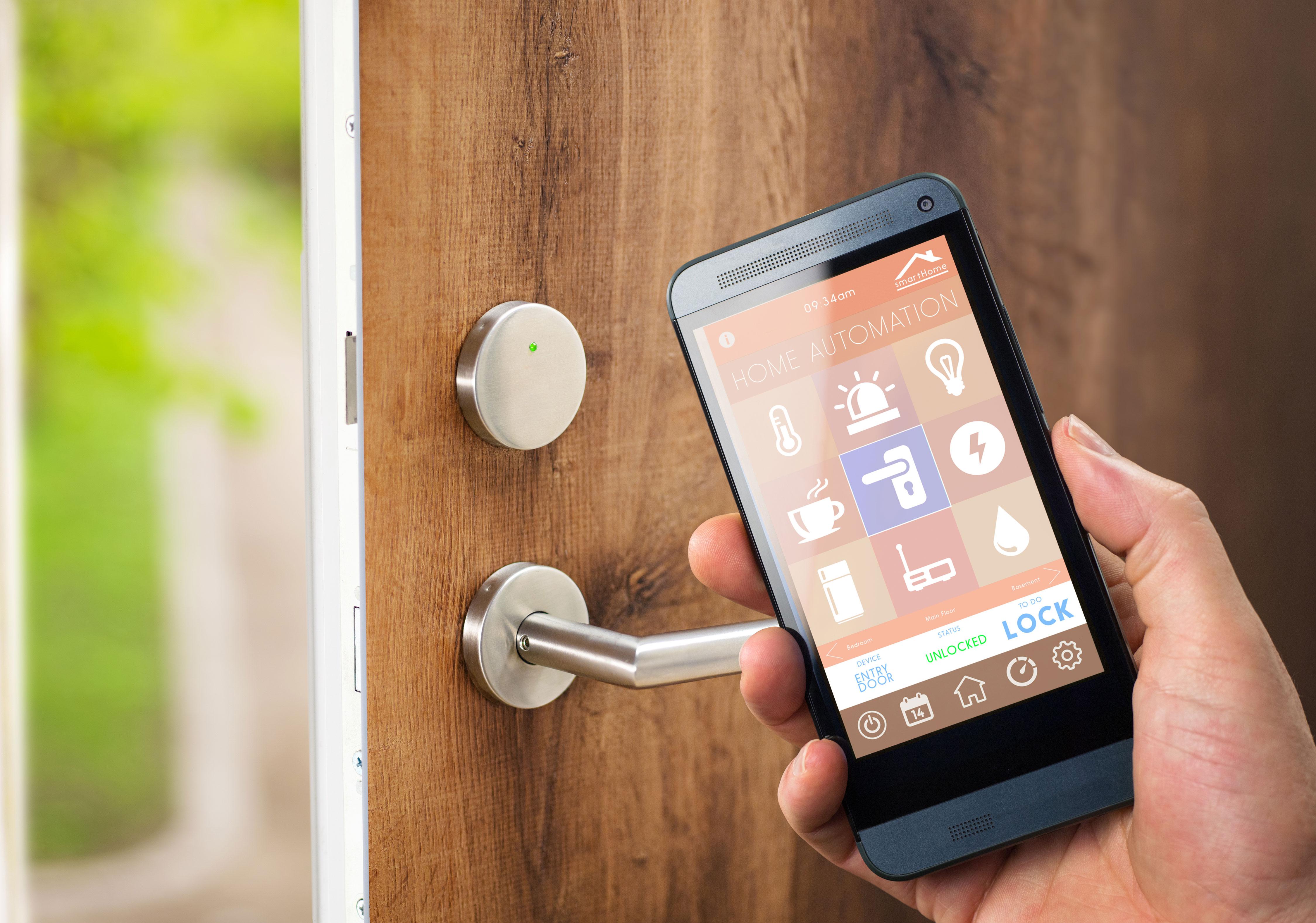Smart Home auf dem Handy vor der Haustür