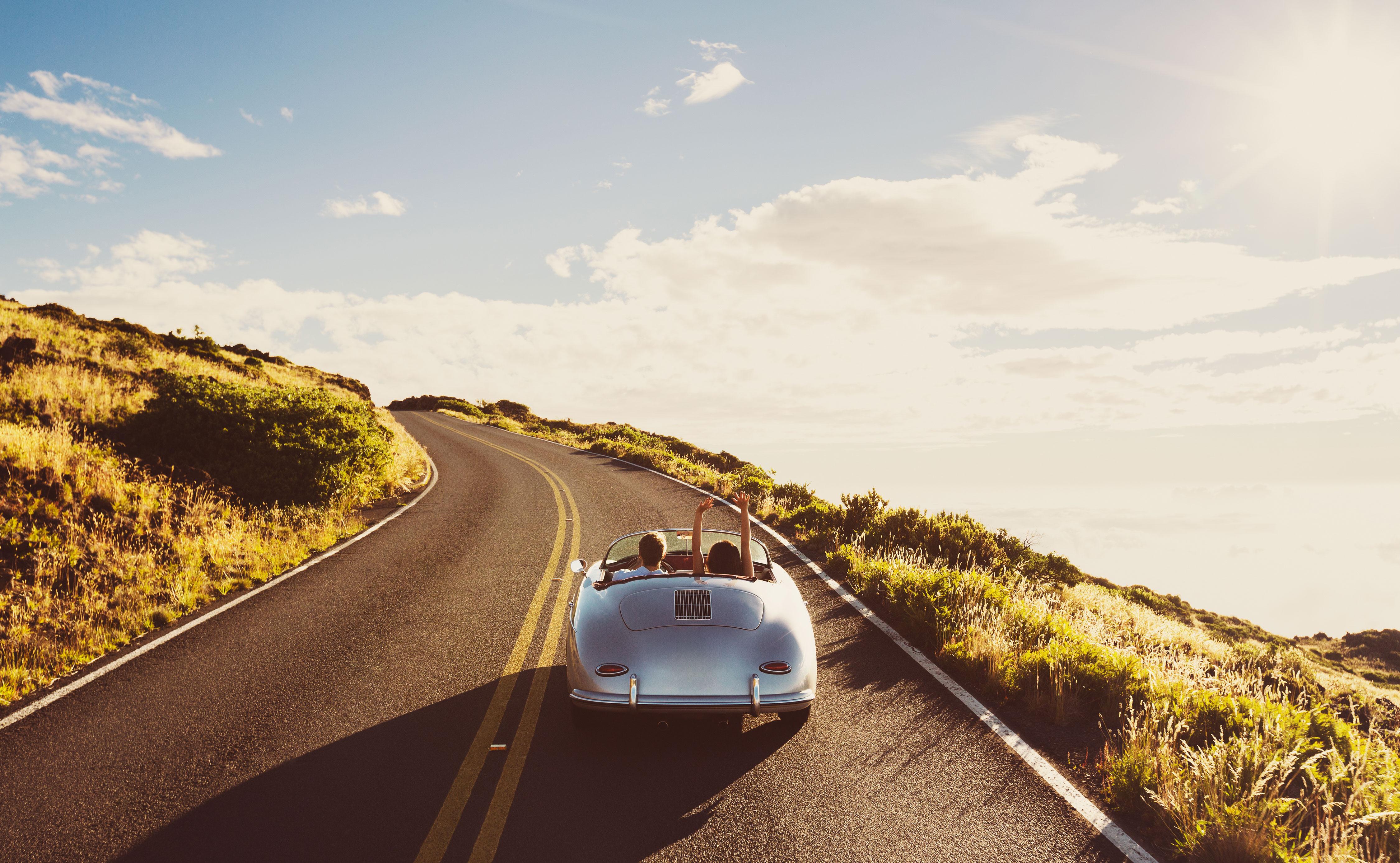 Paar in Oldtimer unterwegs auf Landstraße