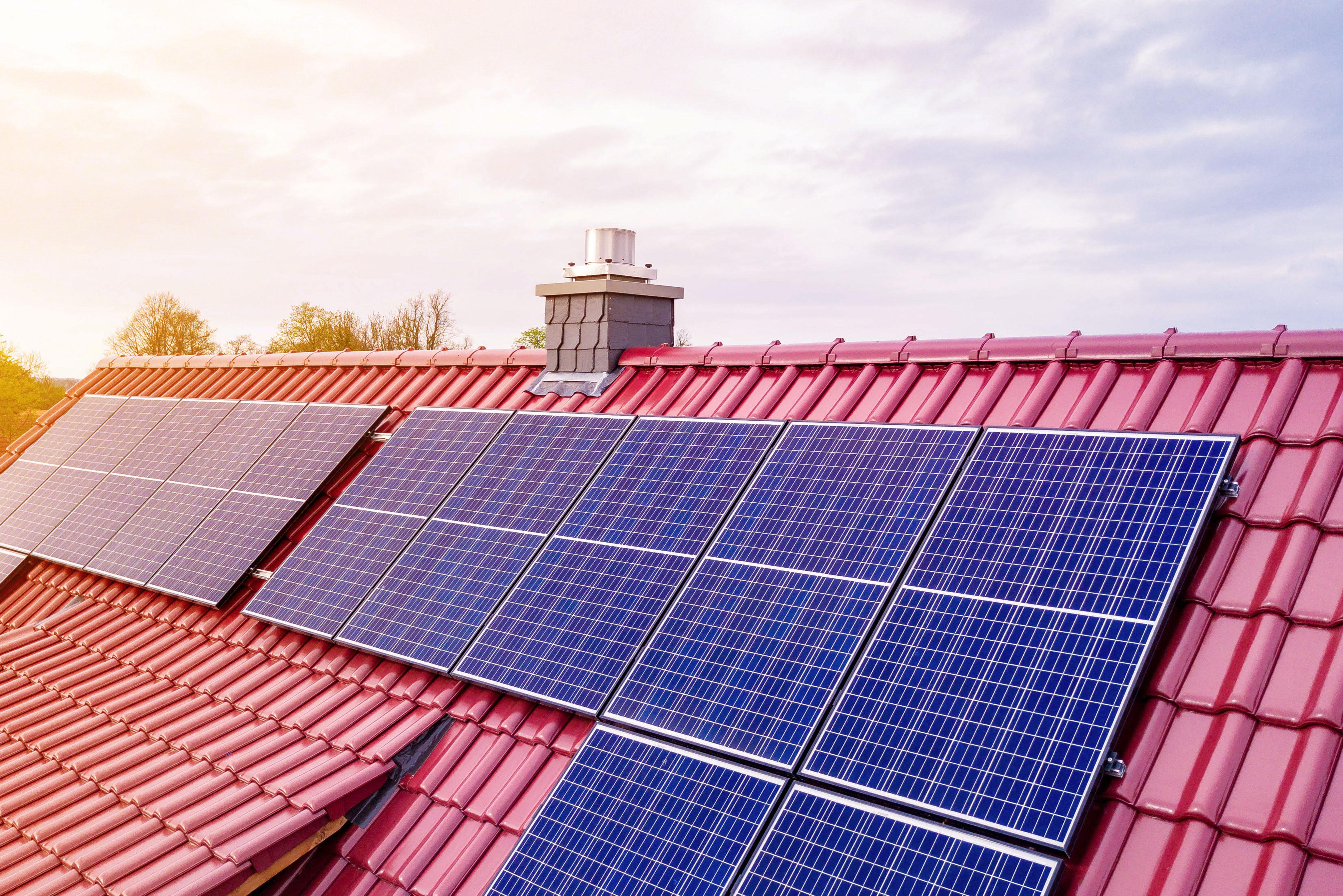 Haus Neubau in Weiß mit Solarpanels