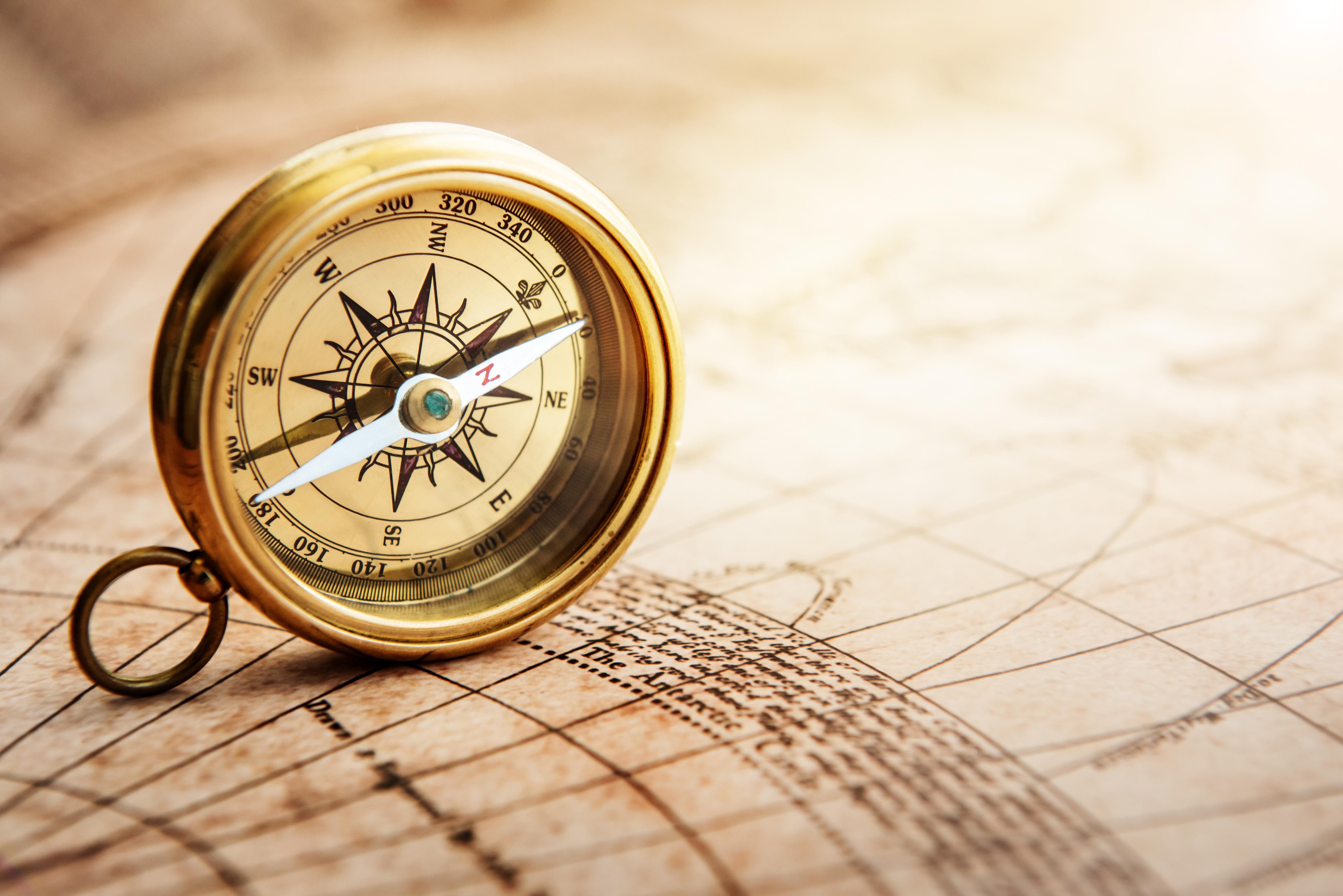 Verbraucheratlas Kompass auf Landkarte