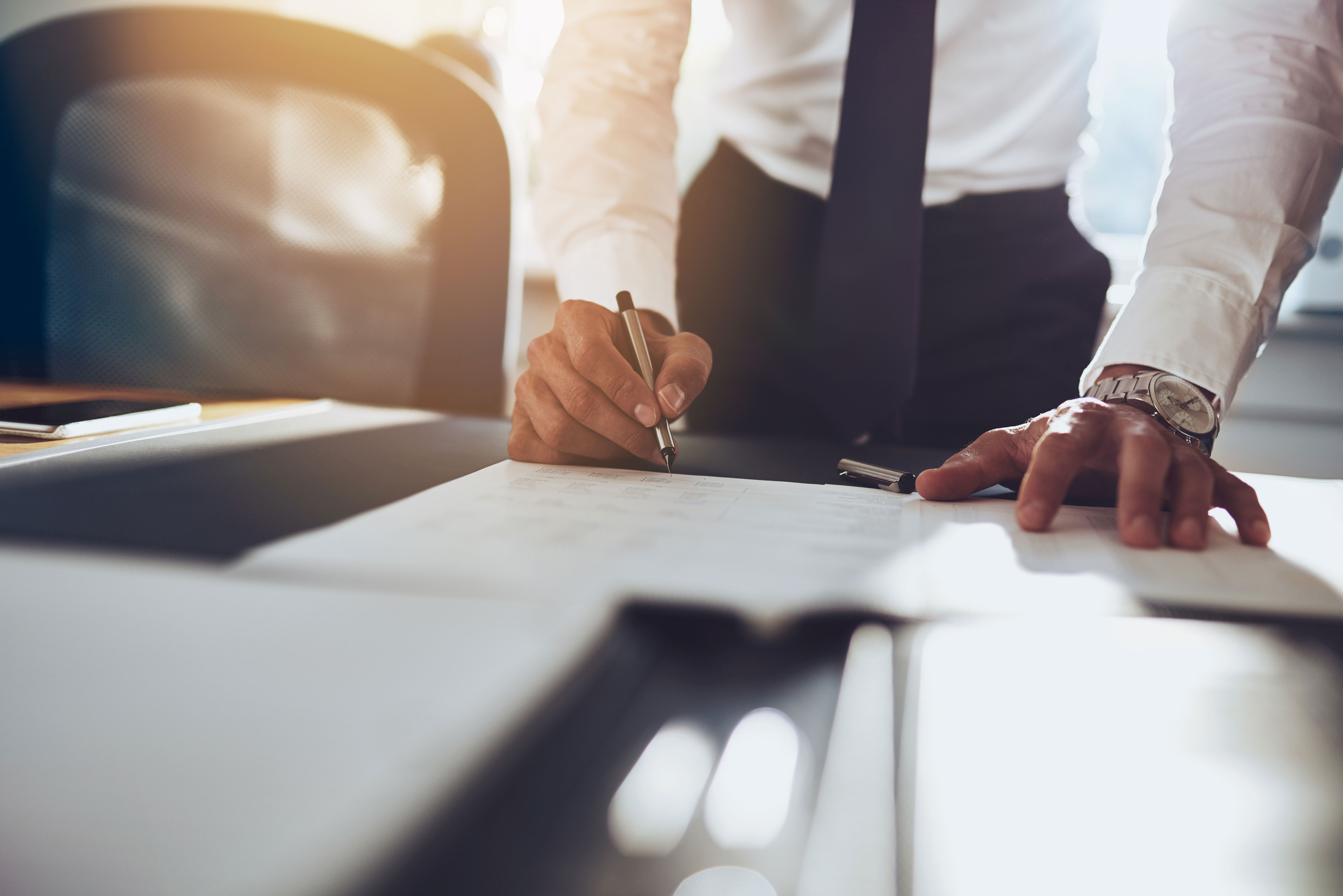 Businessman im Close-up unterschreibt Vertrag