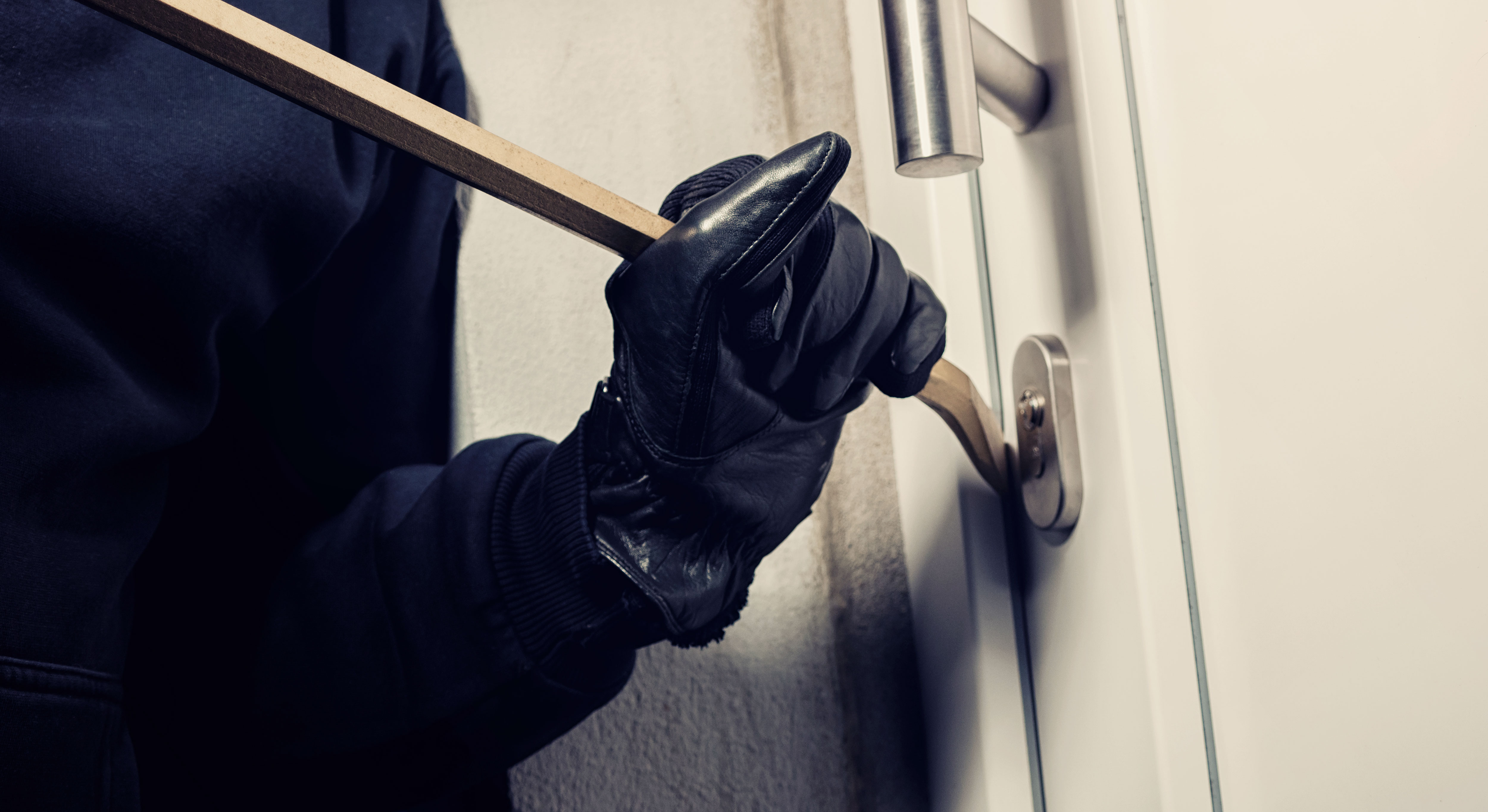 Einbrecher bricht Haustüre auf