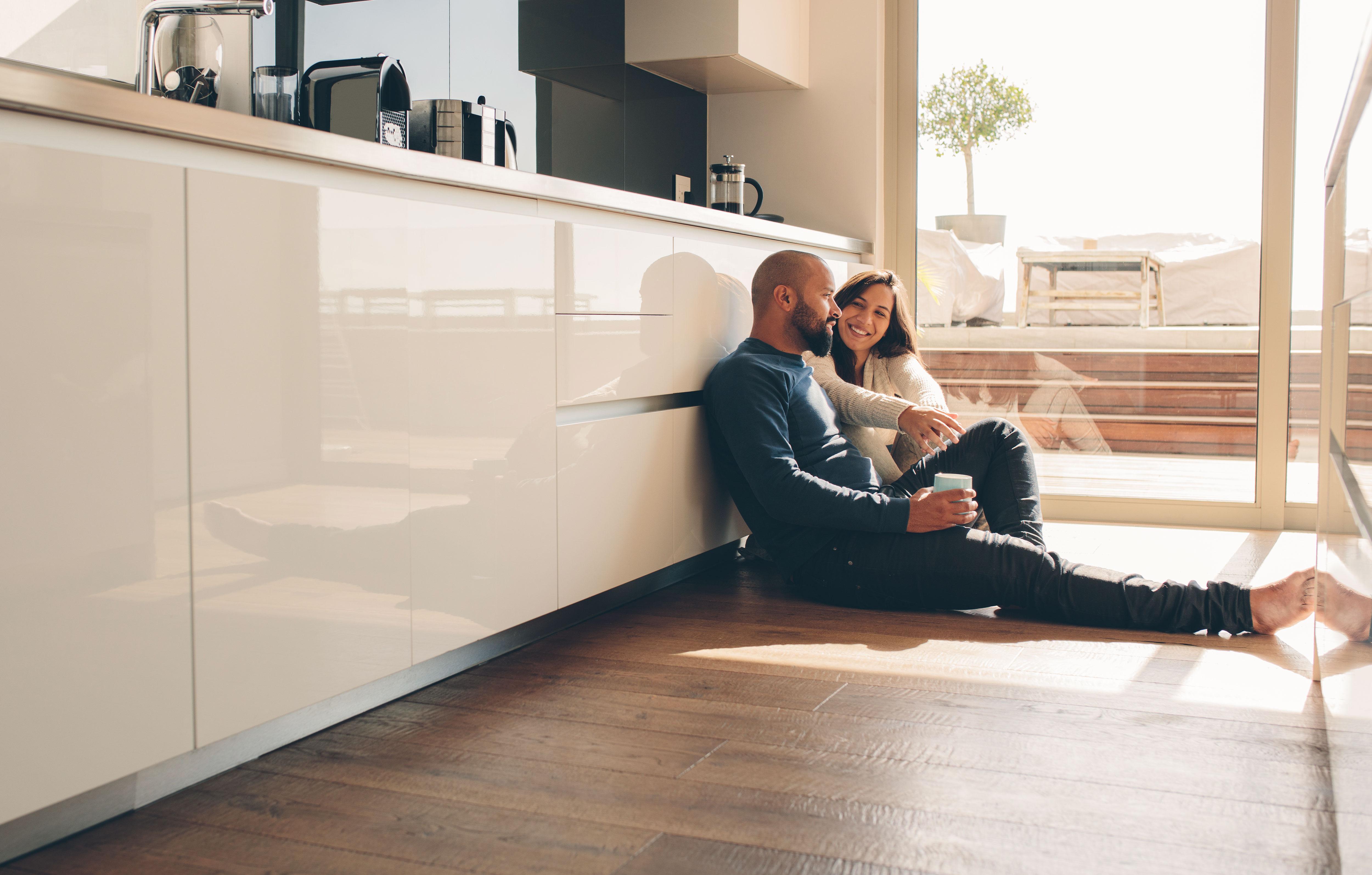 Liebendes Paar verbringt gemeinsame Zeit zuhause