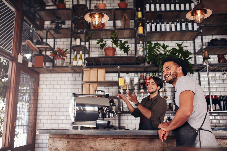 Café Mitarbeiter stehen an der Theke