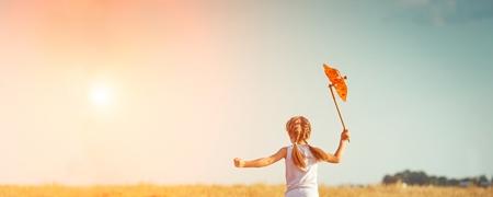 Kleines Mädchen mit einer Windrose
