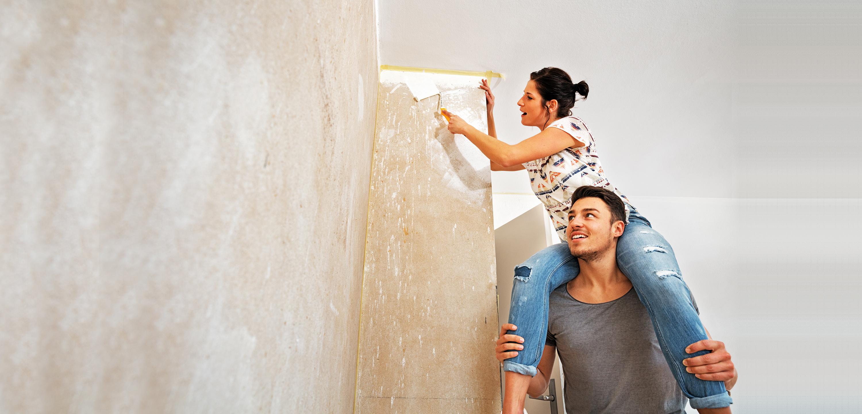 Paar beim Tapezieren ihrer Wohnung