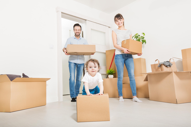 Die Familie zieht in eine neue Wohnung.