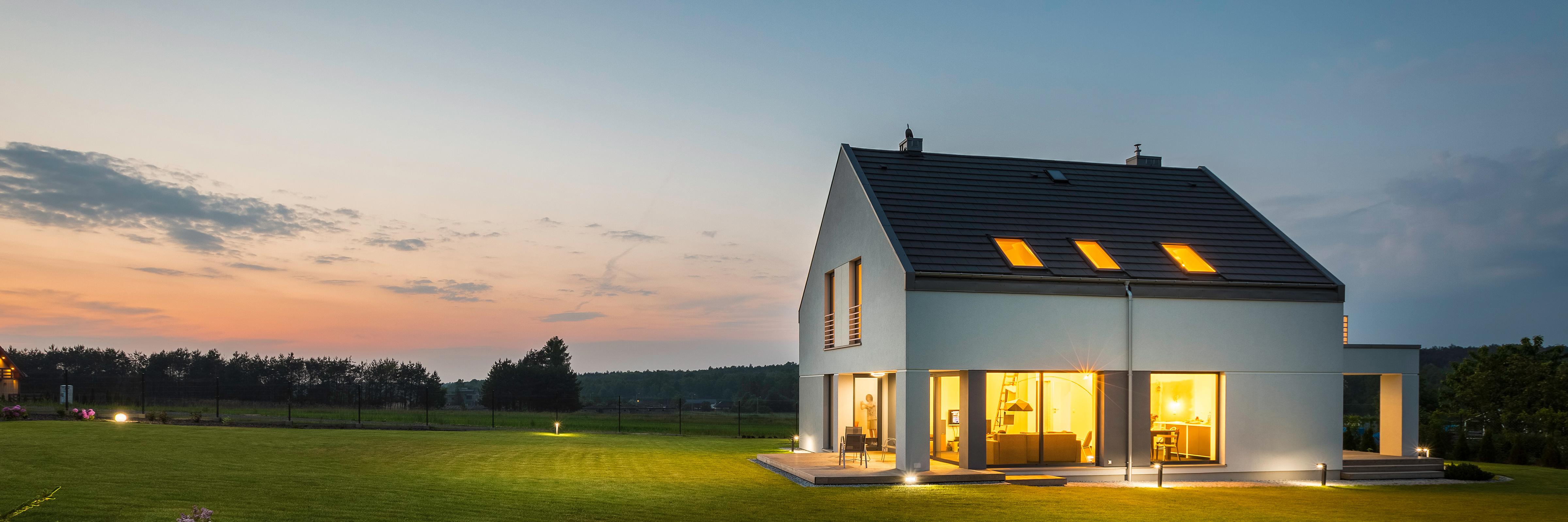 Freistehendes Haus mit Garten in der Abenddämmerung