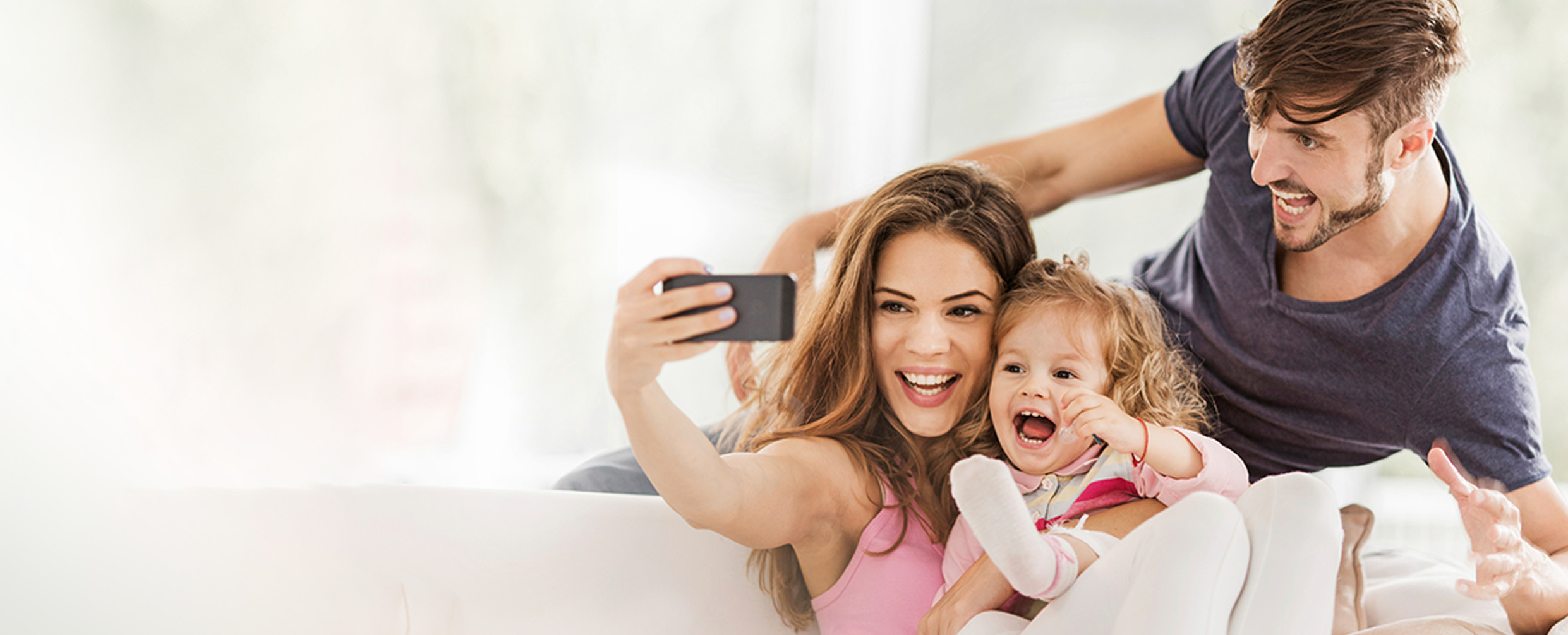 Junge Familie macht ein Selfie